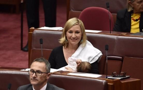 Senadora hace historia al amamantar a su bebé en el Parlamento — Australia