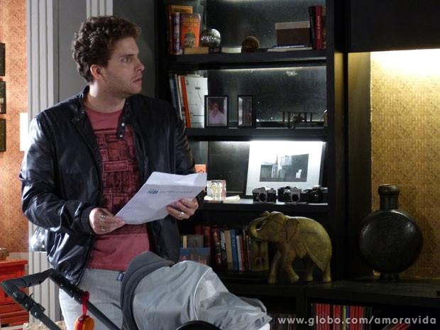Niko fica assustado com o valor da casa (Foto: Amor à Vida / TV Globo)