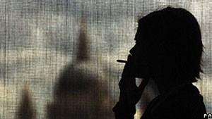 Fumar pouco já dobra risco de morte súbita em mulheres, diz estudo
