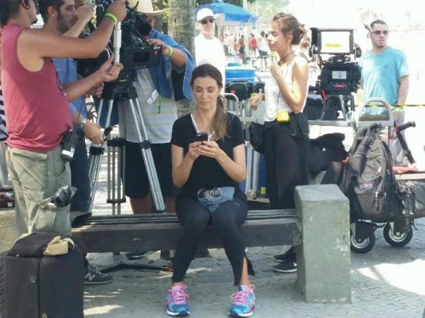 Monica Martelli grava cenas da protagonista Fernanda em dia quente no Rio de Janeiro (Foto: Renata Pinheiro/ GNT)