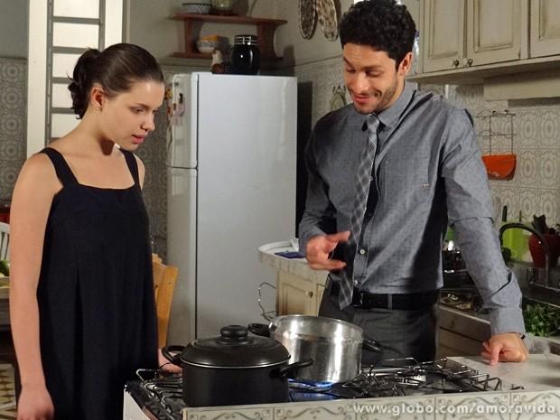 Rafael ensina Linda a fazer macarrão... (Foto: Amor à Vida / TV Globo)