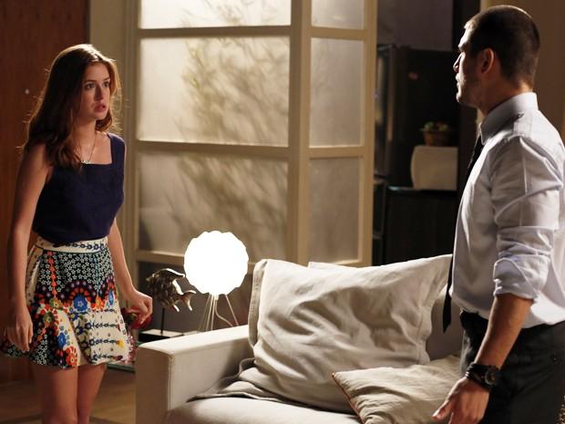 A ruivinha fica balançada com a presença do playboy no seu apartamento (Foto: Artur Meninea/TV Globo)