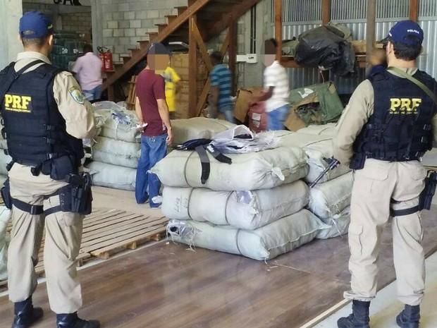 Mercadorias apreendidas foram encaminhadas para a sede da Receita Federal, em Salvador (Foto: Divulgação/Polícia Rodoviária Federal)