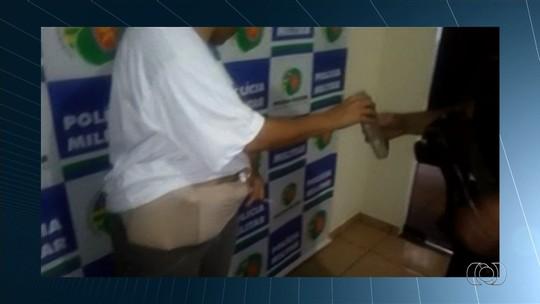 Mulher é presa com droga escondida em barriga falsa de grávida; veja vídeo