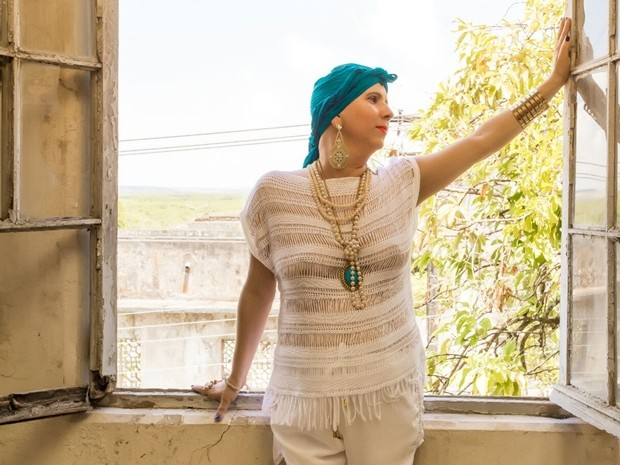 Ela distribui kits de maquiagens para mulheres em tratamento contra o câncer (Foto: Vilmar Fontes/Arquivo pessoal)