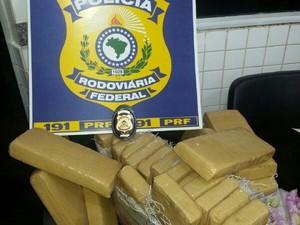 Jovem estava levando a droga para Araguaína (Foto: Divulgação/PRF-TO)