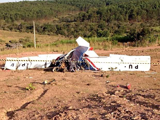 Ultraleve que caiu sobre chácara em São Sebastião, no DF (Foto: Lucas Salomão/G1)
