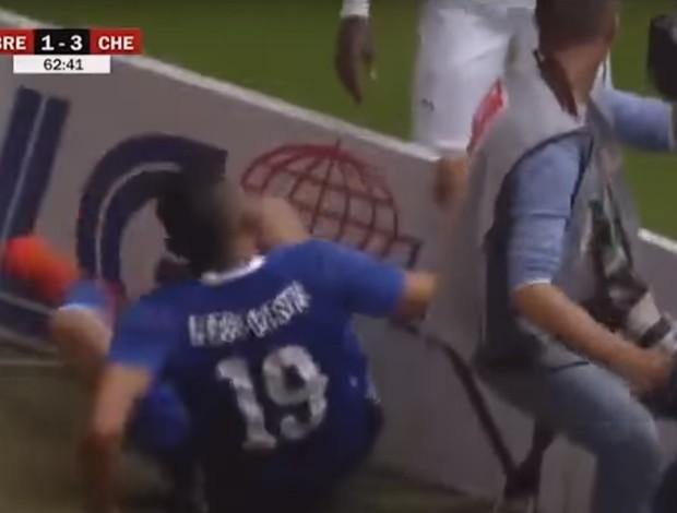 """BLOG: Brigão, Diego Costa """"arruma confusão"""" com placa de publicidade; assista"""