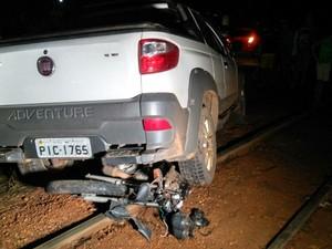 Moto ficou em baixo de carro e destruída (Foto: Ellyo Teixeira/G1)