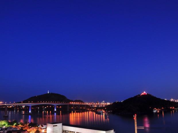 Terceira Ponte e Convento da Penha com iluminação especial para o Outubro Rosa (Foto: Edmar Emanoell/ VC no G1)