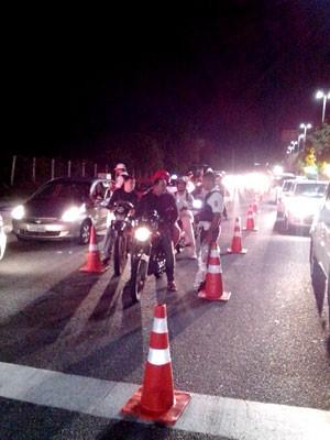 Blitz da Operação Lei Seca foi realizada na madrugada desta quarta-feira (20) na Avenida Engenheiro Roberto Freire (Foto: Divulgação/Polícia Militar do RN)