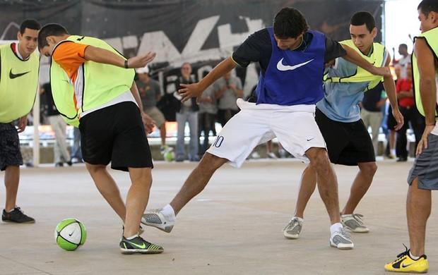 Na quadra de futsal, a bola corre veloz pela superfície lisa (Foto: Nike Futebol (Divulgação))