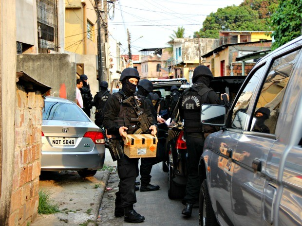 Agentes recolheram caixa no local (Foto: Adneison Severiano/ G1 AM)