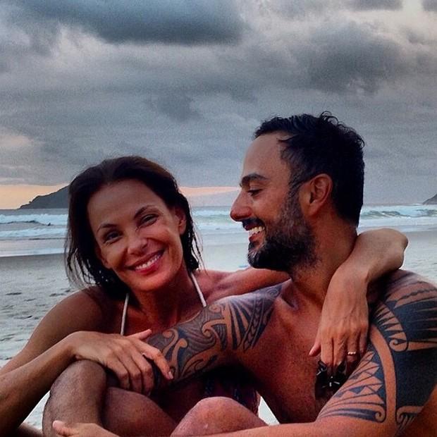 Carolina Ferraz e o namorado, Marcelo Marins (Foto: Reprodução/Instagram)
