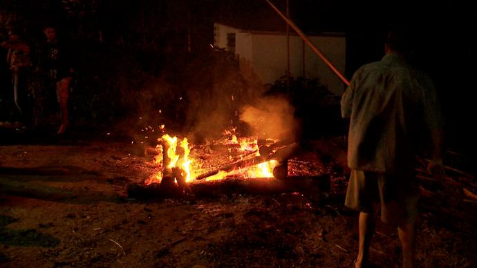 Em Soído a madeira é queimada horas antes da festa começar (Foto: Divulgação / TV Gazeta ES)