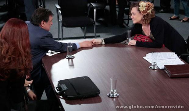 Atitude nobre: Atílio assume toda a culpa por falsidade ideológica e livra Márcia do xadrez (Foto: Amor à Vida/TV Globo)