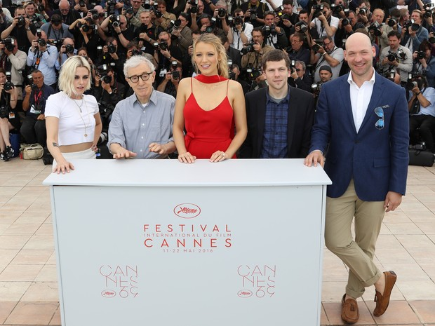 11/05: Da esq. para dir.,  Kristen Stewart, Woody Allen, Blake Lively, Jesse Eisenberg e Corey Stoll divulgam o filme 'Café Society', que abre o Festival de Cannes deste ano (Foto: Valery HACHE/AFP)