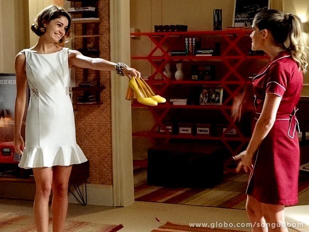 A it-girl dá um par de sapatos para a falsa empregada (Foto: Sangue Bom / TV Globo)
