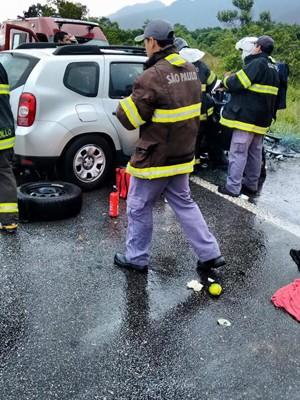 Bombeiros socorreram as vítimas do acidente na Rio-Santos (Foto: Aconteceu em Bertioga)