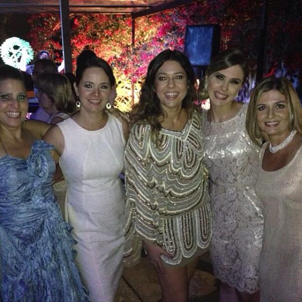 De vestido curto, Malu (centro) com as convidadas da festa (Foto: Reprodução/Instagram)