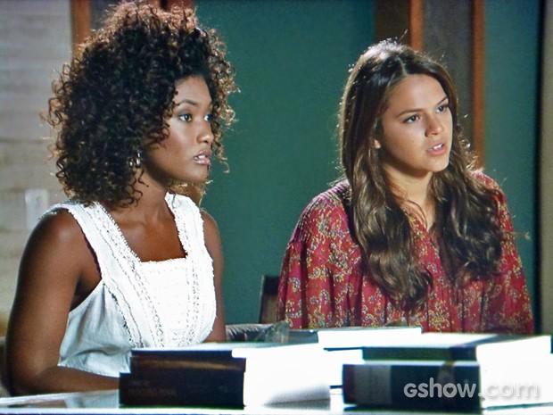 Luiza e Alice desconfiam de Nando depois de falar que Neidinha sofreu no passado (Foto: Em Família/ TV Globo)