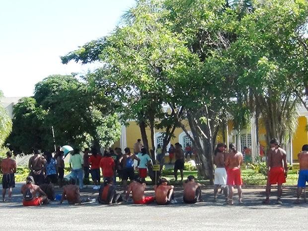 Índigenas cobram soltura de índio xavante, na frente do Fórum de Nova Xavantina (Foto: Assessoria/ Polícia Civil de Nova Xavantina-MT)