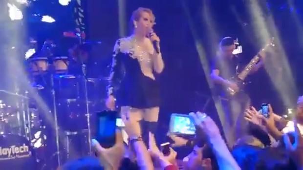 Joelma no palco com a banda Calypso (Foto: Reprodução)