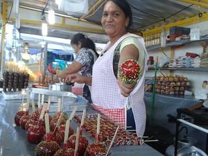 Maria de Jesus, vendendora de maçã do amor na Festa das Neves (Foto: Aline Oliveira / G1 )