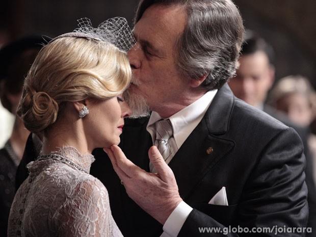 Iolanda se casa com Ernest e chora no momento de dizer 'sim' (Foto: Joia Rara/ TV Globo)