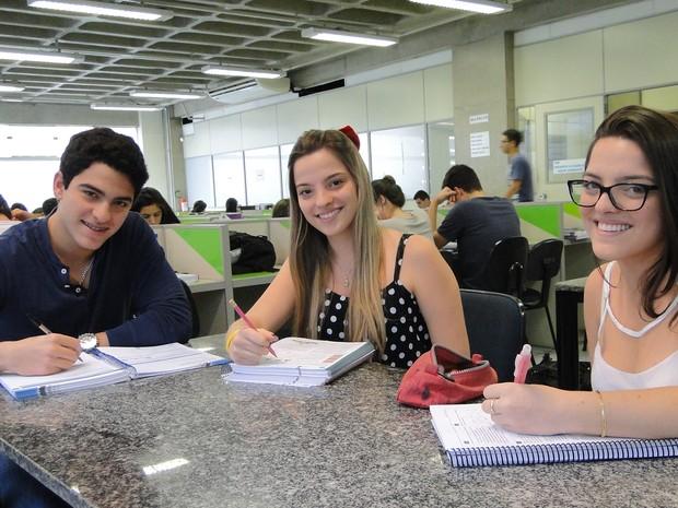 Os trigêmeos moram juntos e estudam na mesma sala de aula  (Foto: Adriano Oliveira/G1)