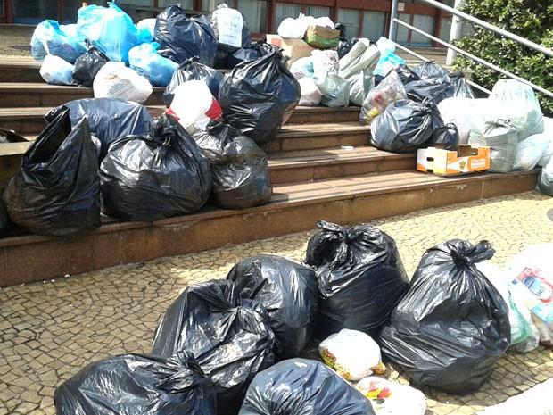 Em protesto, moradores depositam lixo na Prefeitura de Americana, SP (Foto: Reprodução EPTV/Oscar Herculano)