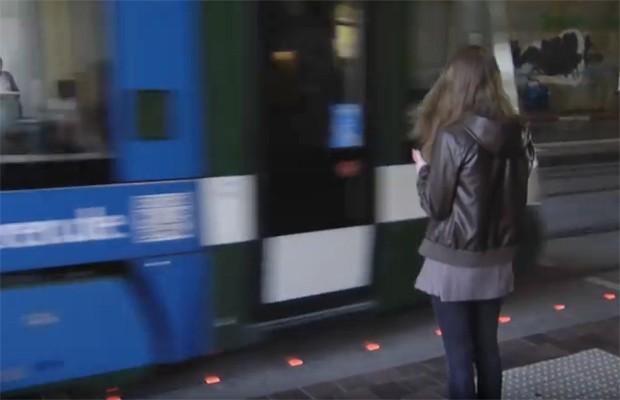 Cidade alemã cria semáforono chão para pedestres distraídos com celular (Foto: Divulgação)