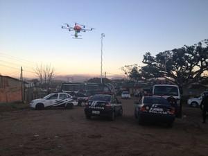 Policiais usam drone em operação no RS (Foto: Fabio Almeida/RBS TV)