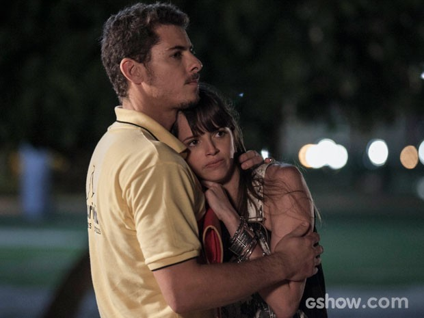 Murilo conforta Giselle após o assalto (Foto: Inácio Moraes/TV Globo)