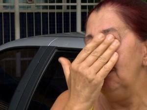 Costureira chora após ter o carro roubado em Cariacica (Foto: Reprodução/ TV Gazeta)