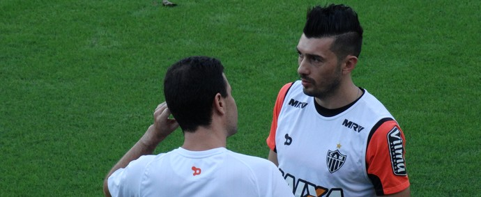 Dátolo também participa de treinamento físico no gramado da Cidade do Galo (Foto: Maurício Paulucci)