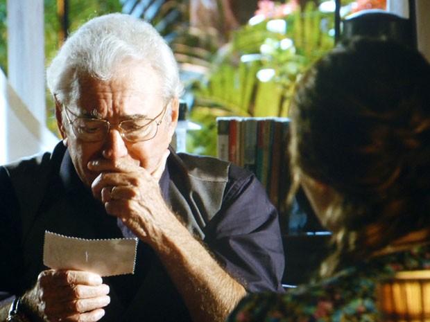 Samuel reconhece Diníosio através de uma foto (Foto: Flor do Caribe / TV Globo)