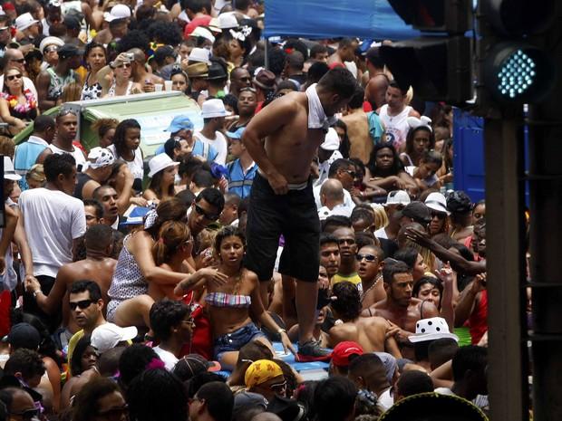 Calor faz muita gente passar mal durante desfile do Cordão da Bola Preta na tarde deste sábado (Foto: Marcelo de Jesus)
