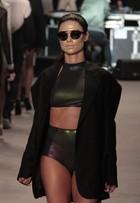 Thaila Ayala e Yasmin Brunet desfilam de barriga de fora no Fashion Rio