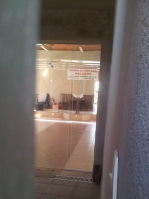 Interior de casa deixa claro que existe uma igreja no local (Foto: Luiz Felipe Leite/G1)