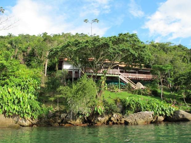 Casa à beira-mar em Paraty (Foto: Divulgação / AlugueTemporada)