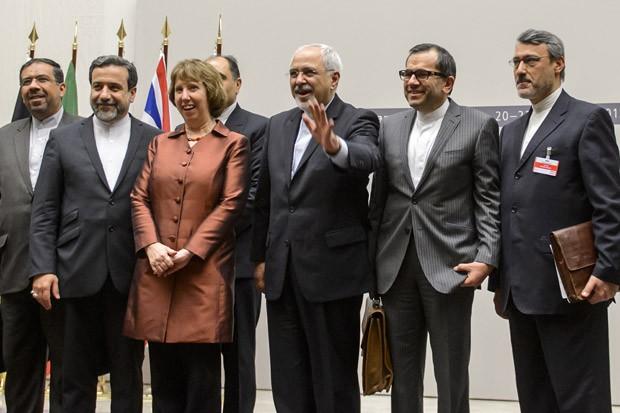 Chefe de política externa da UE, Catherine Ashton posa ao lado do ministro das Relações Exteriores do Irã,  Zarif, e da delegação iraniana (Foto: Fabrice Coffrini/ AFP)