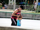 Eduardo Moscovis e Cynthia Howlett se divertem com os filhos na Lagoa, no Rio