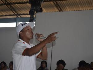 Rapper Natanael Brito contou a própria história em versos improvisados (Foto: Abinoan Santiago/G1)