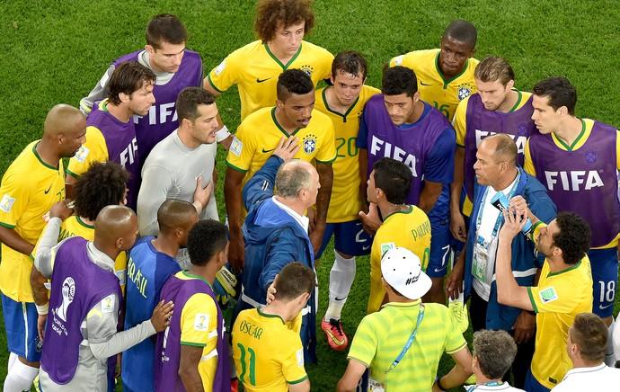 Felipão com os jogadores derrota Brasil (Foto: AP)