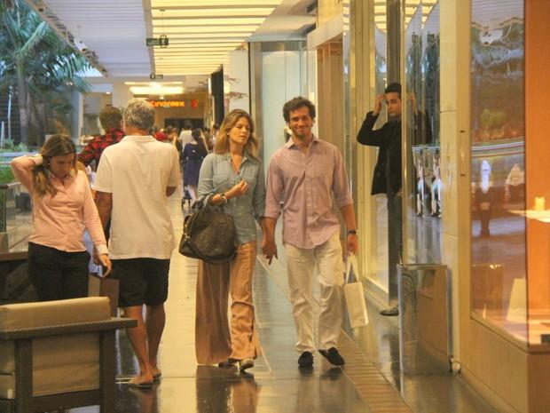 Paulo Rocha com a namorada em shopping no Rio (Foto: Daniel Delmiro/ Ag. News)