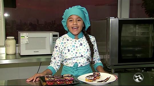 'Mini chef' de 11 anos ensina receita para crianças em São Caetano, PE