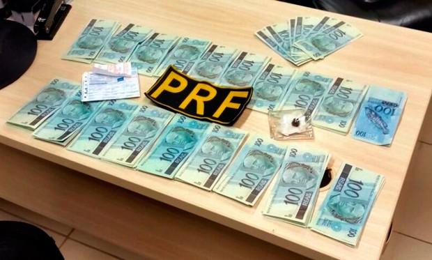 Agentes contaram 199 notas falsas no valor de R$ 100 cada, totalizando quase R$ 20 mil em moeda ilegal (Foto: Reprodução/PRF)