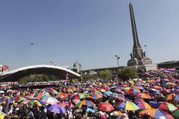 Manifestantes tailandeses protestam nesta segunda-feira (13) nas ruas de Bangcoc (Foto: AP)