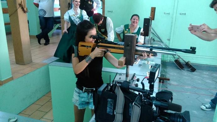 Thalita Meneghim recebeu umas aulinhas de tiro na festa dos atiradores (Foto: RBS TV/Divulgação)